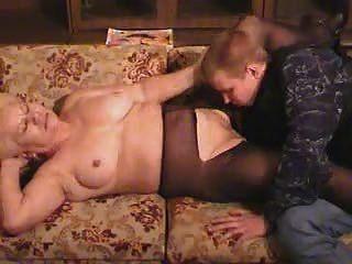 老金發奶奶在褲襪吮吸和他媽的男孩