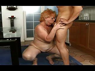 胖的奶奶從男孩得到面部