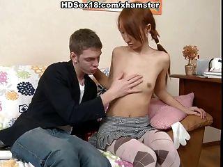 熱的亞洲紅頭髮人得到肛門他媽的和餅