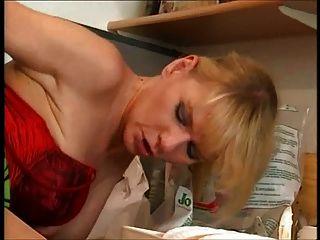 德國家庭主婦吞食水管工