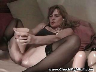業餘的妻子與巨大的假陽具在她的屁股