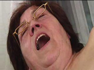 毛茸茸的奶奶在眼鏡假陽具傳播吮吸和他媽的
