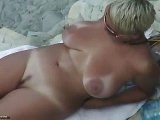 性感成熟的裸體海灘
