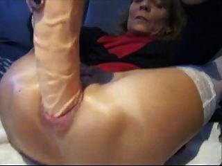 業餘充塞她的屁股與巨大的假陽具