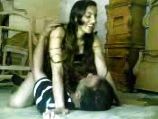 阿拉伯女孩他媽的更老的阿拉伯人