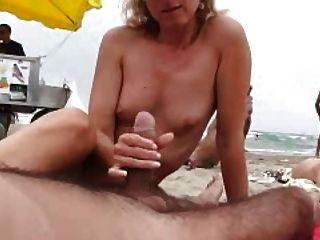naomi1 footjob和handjob在海灘上