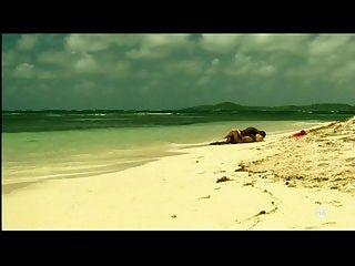 年輕金發碧眼的白人女孩與黑人情人在海灘異族