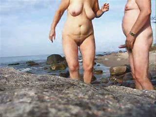 成熟夫婦在海灘上穿上花呢