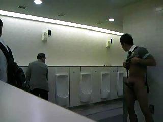 cmnm傢伙在公共廁所手淫!