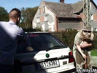 妻子抓她的丈夫他媽的母親在法律