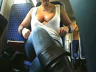 braless美女騎公共汽車和閃爍她的胸部