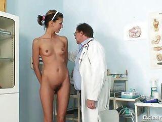 安吉拉有陰部窺器檢查由gyno醫生