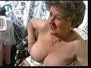 胖的老奶奶在長筒襪挑逗