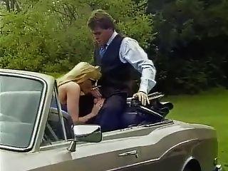 金髮美女與大山雀他媽的在車裡