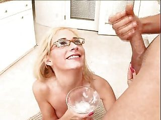 金發碧眼的女人喝一杯雞尾酒奶油暨