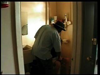 妻子上了在加油站浴室的黑人