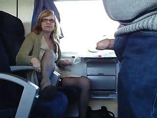 成熟的夫婦在火車上玩樂