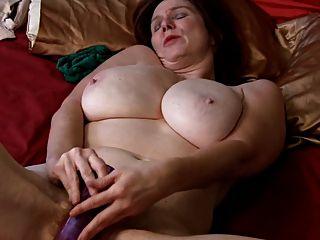 成熟和電動假陰莖。真正的變態手淫!