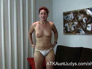 47歲的害羞的milf inge傳播她的腿
