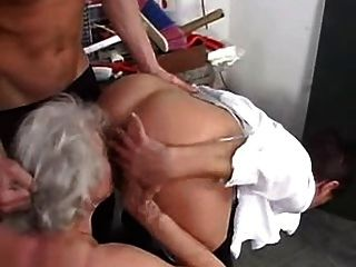 奶奶愛與年輕男孩一起搖擺