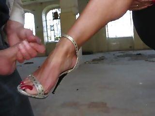 暨在她的腳與高跟鞋