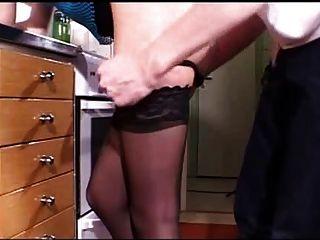 年輕的金發女郎在廚房裡csm