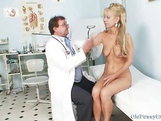 成熟的女人anezka來得到她成熟的貓檢查