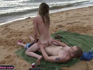 瘦的非職業女孩性交在海灘