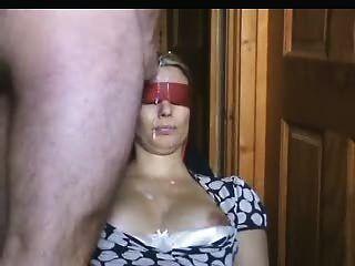 蒙著眼睛的妻子在她的臉上得到了很多jizz