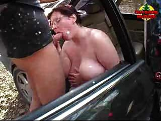 bbw獲得暨在她的汽車的山雀