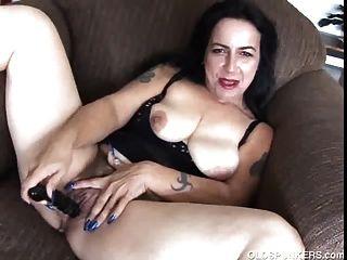 成熟業餘frig她多汁的貓,直到她cums