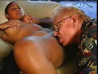 老人上了棕色的女孩