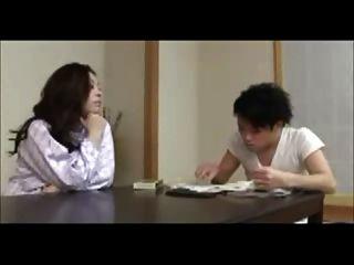 日本媽媽火車年輕人