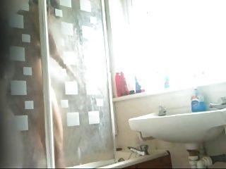 聰明的印度青少年女孩浴夾捉住由隱藏的凸輪