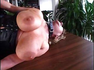 胖的成熟拳頭和他媽的在皮革