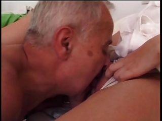老人他媽的年輕護士