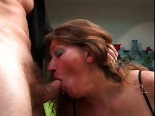 成熟得到她的屁股性交和暨在她的山雀