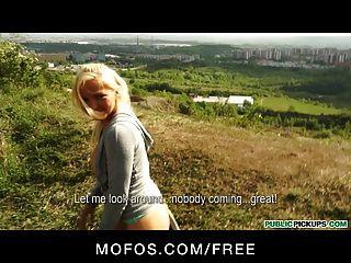 公共皮卡性感的金發捷克慢跑者在公園裡有性