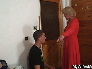 妻子發現她的男人他媽的母親在法律