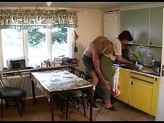 奶奶在休息室,然後廚房