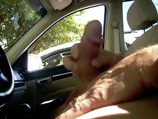 milf抓住我在車裡搖晃