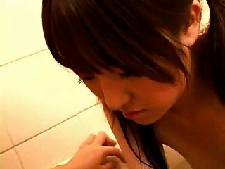 日本懷孕的媽媽在浴