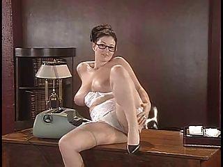 洛娜morgan剝她的女用貼身內衣褲和姿勢在書桌上
