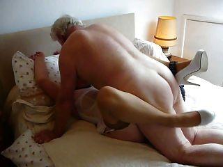 我的主人,他媽的我的妻子,使她的性高潮和濕。