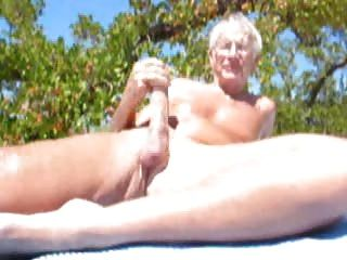 cumming在海灘的更老的人