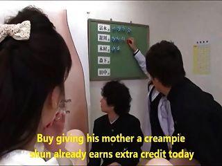 母親幫助不是他們的兒子在性教育4