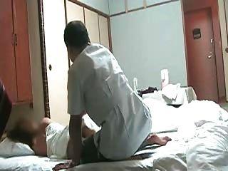 淘氣的日本妻子需要按摩