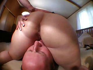禿頂舔舔妻子的陰部後,他媽的她!