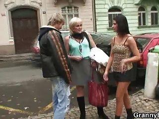 年輕人對成熟妓女