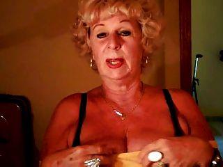 奶奶安德烈顯示她多汁的山雀